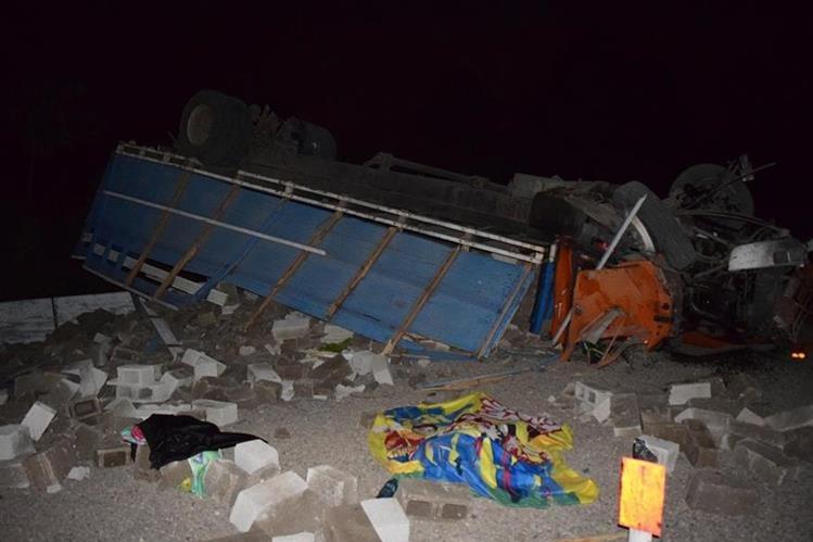 Camión que volcó en el kilómetro 51.5 de la autopista Palin-Escuintla. (Foto Prensa Libre: Carlos Pardes)