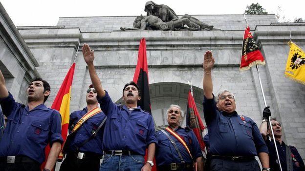 Con su propuesta, el parlamento español quiere que el mausoleo deje se ser un símbolo franquista. AFP