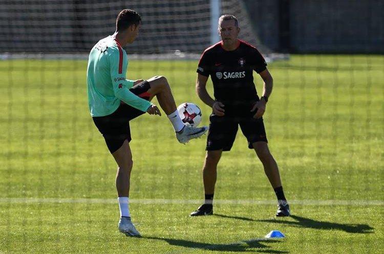 Cristiano Ronaldo se ejercitó por separado de sus compañeros. (Foto Prensa Libre: AFP)