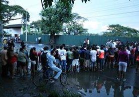 El accidente ocurrió a un costado del estadio municipal Armando Barillas, zona 2 de Escuintla. (Foto Prensa Libre: Carlos Enrique Paredes)