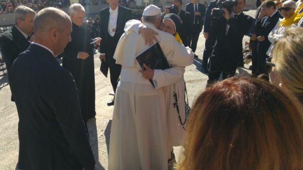 La religiosa con el Papa Francisco en el Vaticano el año pasado. PROGRAMA INVULNERABLES