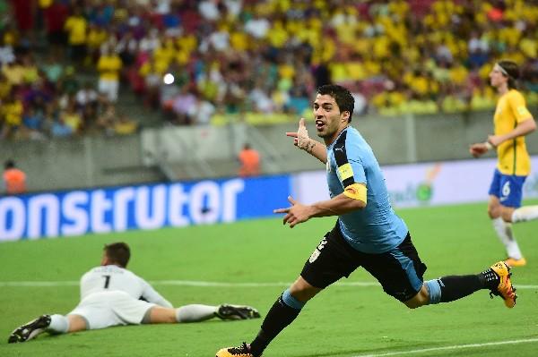 Luis Suárez celebra el gol del empate de Uruguay contra Brasil. (Foto Prensa Libre: AP).