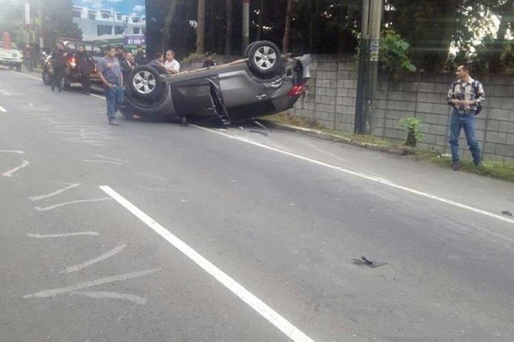 Triple colisión deja heridos y complicaciones en el tránsito en el kilómetro 24 de la ruta a El Salvador. (Foto Prensa Libre: Provial)