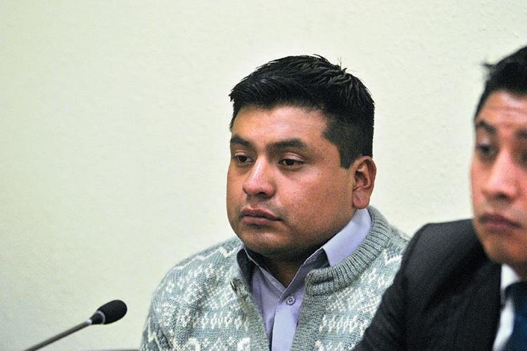 Maynor Omar Ximín, sindicado de femicidio, escucha la decisión del Juzgado Segundo de Primera Instancia Penal de Quetzaltenango. (Foto Prensa Libre: María José Longo)