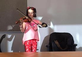 Isabella Cabrera nació sin parte del brazo izquierdo, lo cual no le ha impedido que pueda desarrollar sus habilidades musicales. (Foto Prensa Libre: Facebook)