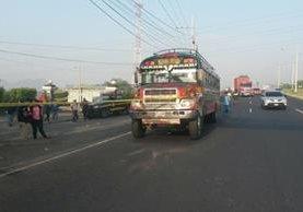 Autobús atacado a balazos en el km 38 de la ruta al Pacífico, Escuintla, donde dos personas murieron. (Foto Prensa Libre: Carlos E. Paredes)