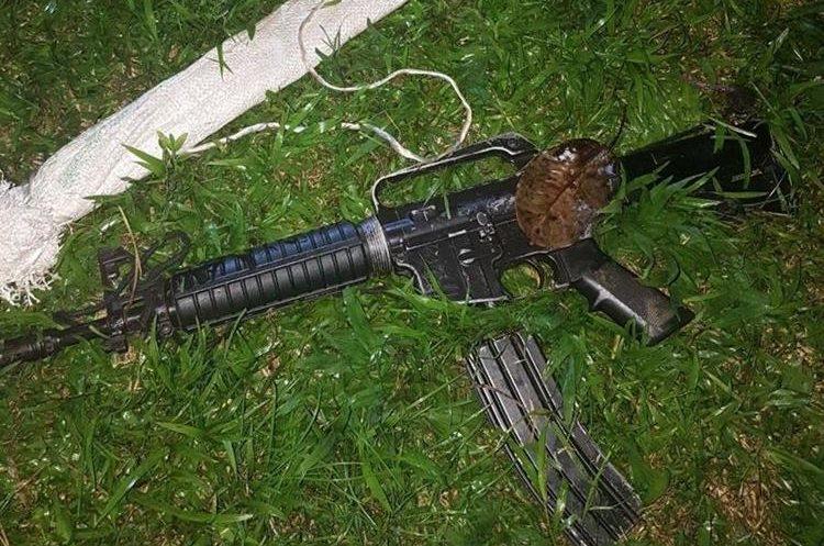 Fusil incautado a supuestos narcotraficantes. (Foto Prensa Libre: PNC)