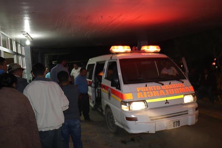 Bomberos Voluntarios trasladaron al Hospital Infantil de Puerto Barrios, Izabal, a los heridos. (Foto Prensa Libre: Dony Stewart)