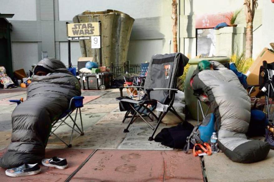 Desde hace varios días, afuera del Teatro Chino en Los Ángeles, EE. UU., los fanáticos acampan a la espera del estreno de cine.