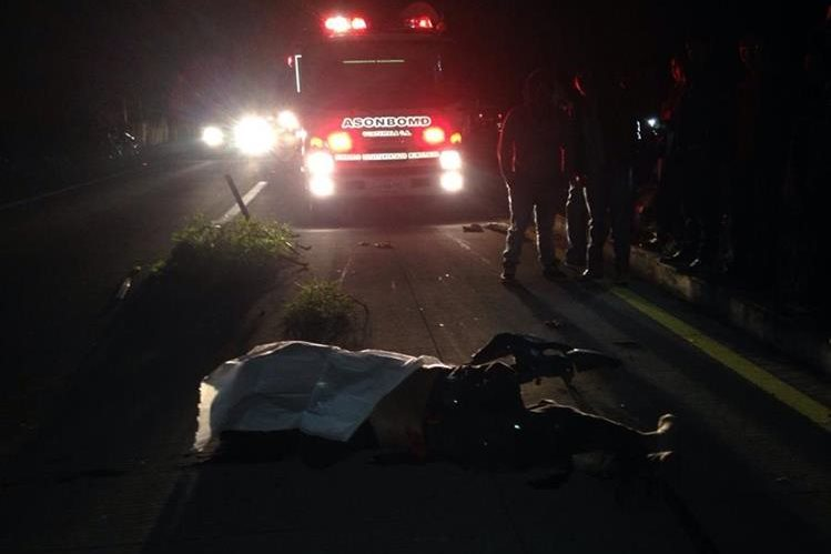 El accidente en el kilómetro 75 ruta interamericana dejo una persona muerte.(Foto Prensa Libre:José Rosales)