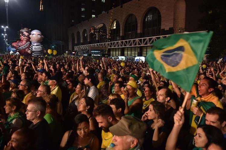 Una protesta en Brasil en favor de la destitución de Dilma Rousseff. (Foto Prensa Libre. EFE).