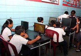 Estudiantes utilizan equipo de cómputo donado a escuela de San Sebastián, Retalhuleu. (Foto Prensa Libre: Rolando Miranda)