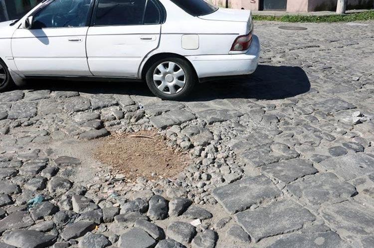 La 19 avenida de la zona 1 de Xelajú también tiene hundimientos debido a la filtración de agua de lluvia y el paso de vehículos pesados. (Foto Prensa Libre: Carlos Ventura)