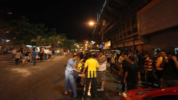 Los enfrentamientos se dieron el pasado sábado durante el juego del Real España y Real Sociedad. (Foto Prensa Libre: Twitter El Diario de Hoy, Honduras)