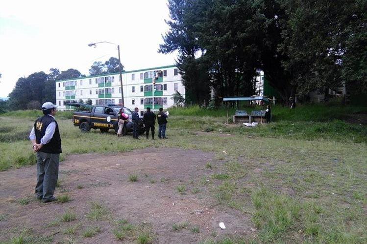 El joven murió a balazos en una banca del campo de fútbol de Nimajuyú, zona 21. (Foto Prensa Libre: Estuardo Paredes)