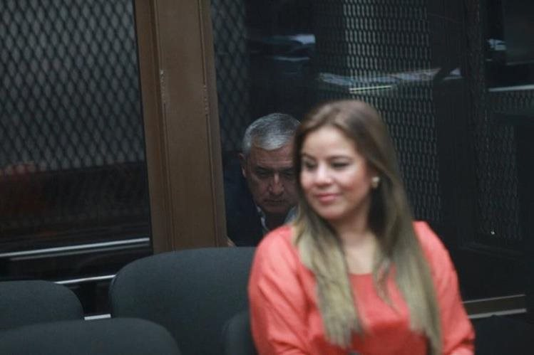 Claudia Méndez aguarda en la Sala de Audiencias, al fondo, en un área aislada, se encuentra el expresidente Otto Pérez Molina. (Foto Prensa Libre: Paulo Raquec)