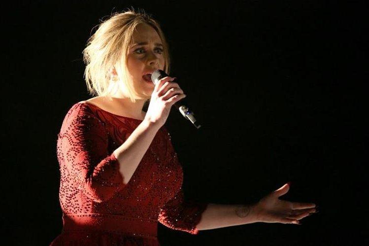 Adele durante su participación en la 58 edición de los Premios Grammy. (Foto Prensa Libre: AP)