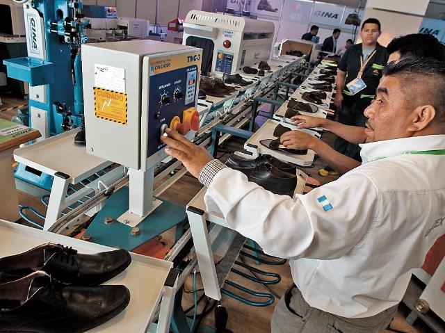 En Expo Calzado 2017 se instaló una planta de producción de la empresa Comercial Gina, que opera en el lugar estos días para que los interesados puedan conocer el proceso de modelaje, corte y producción.