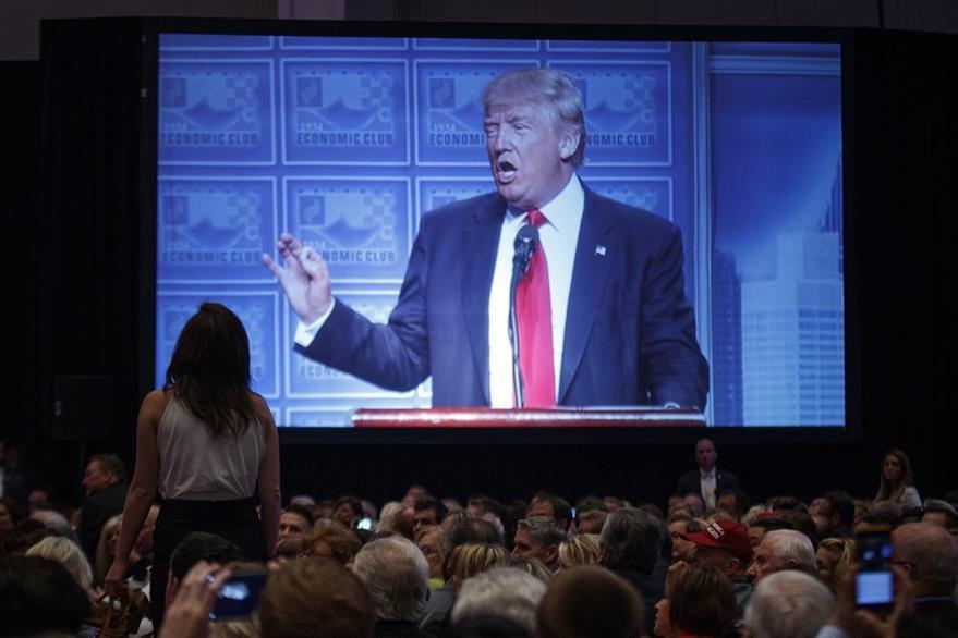 Asistentes al discurso de Donald Trump en Detroit, escuchan al magnate. (Foto Prensa Libre: AP).