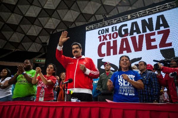 El presidente venezolano Nicolás Maduro (cen) participa en un mitin de campaña electoral.