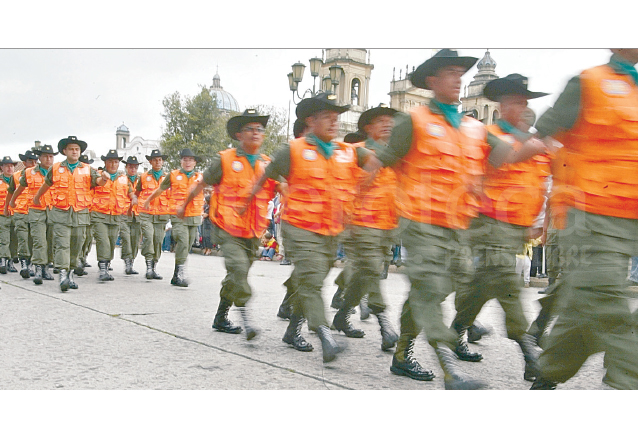 Unidad Humanitaria de Rescate integrada por efectivos militares en el desfile militar del año 2006. (Foto: Hemeroteca PL)