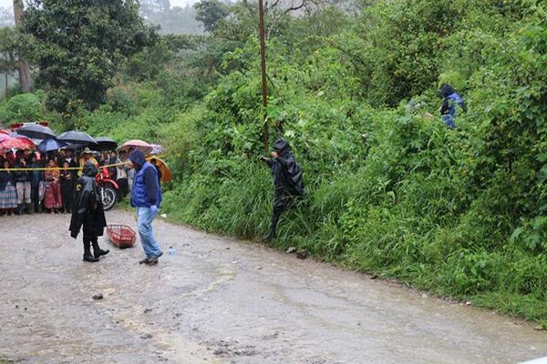 """<p>Autoridades y vecinos observan lugar donde fue localizado cadáver de Juan José Si May, en Carchá, Alta Verapaz. (Foto Prensa Libre: Eduardo Sam)<br _mce_bogus=""""1""""></p>"""