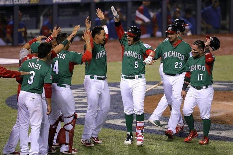 El festejo de los mexicanos luego de ganar a Venezuela se vio opacado luego de su eliminación. (Foto Prensa Libre: EFE)