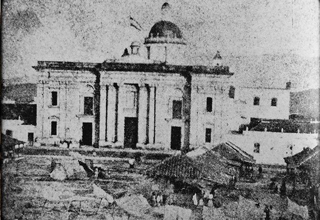 Una de las fotografías más antiguas de la Catedral, aún sin las torres, tomada aproximadamente antes de 1866. (Foto: Lic. Miguel Álvarez Arévalo, cronista de la Ciudad Capital)