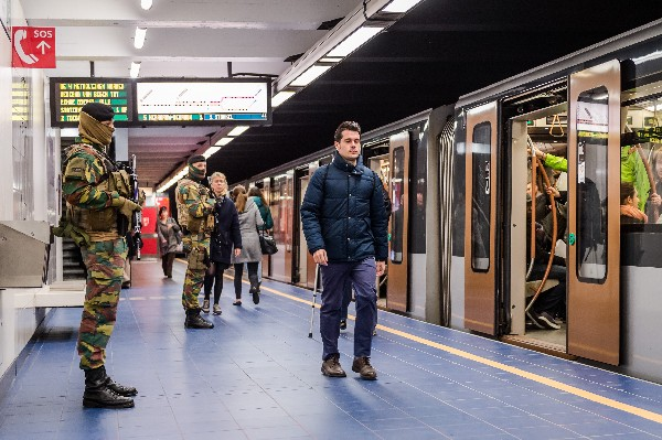 <span>Militares patrullan</span> <span>la estación de metro</span> <span>Maelbeek</span>, <span>en Bruselas.(AP).</span>