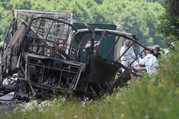 El bus incendiado en Alemania transportaba a varios ancianos. (Foto Prensa Libre: AFP)