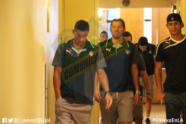 Carlos Castrillo y JJ Paredes en el hotel donde se encuentra concentrado Comunicaciones en Los Ángeles. (Foto Prensa Libre: Twitter CremasOficial)