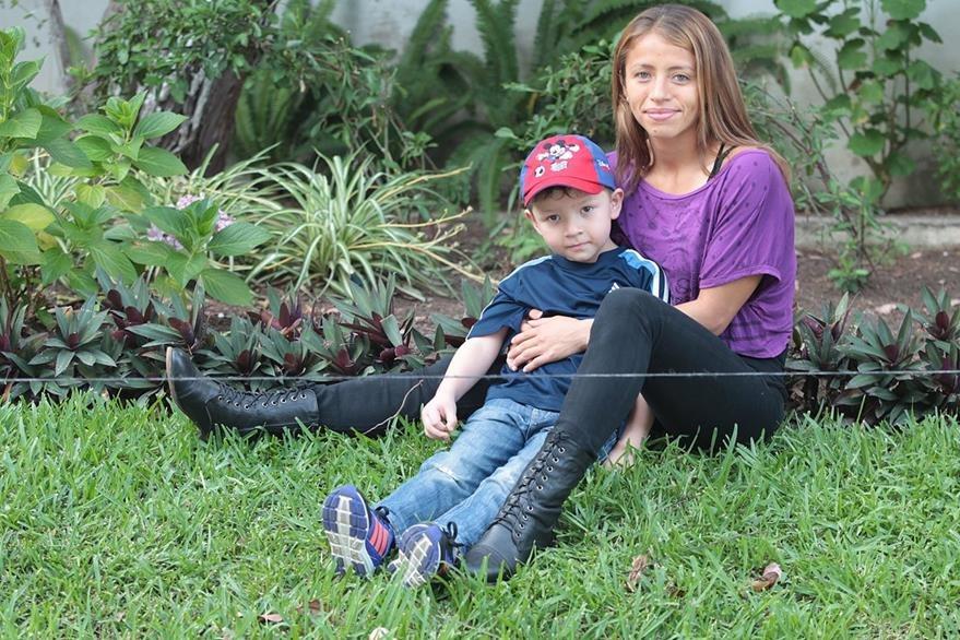 José Ángel y Mayra Herrera, disfrutan de su relación de madre e hijo. (Foto Prensa Libre: Hemeroteca PL)