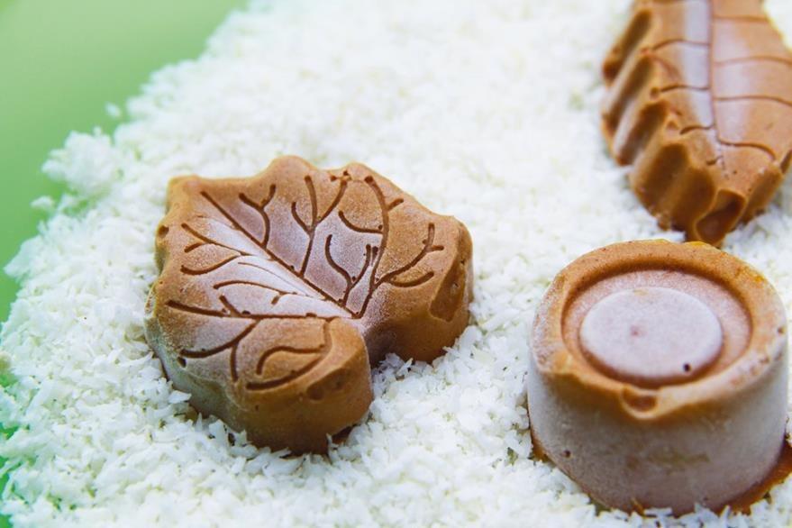 El aceite de coco queda muy rico en postres, por ejemplo como relleno de bombones, ya que, mientras la mantequilla se ablanda rápido, el aceite de coco se mantiene firme por más tiempo.
