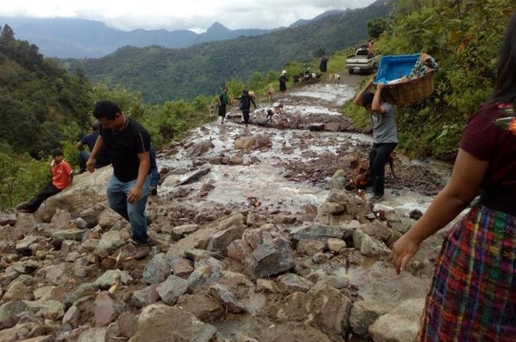 Derrumbe en el caserío Pajomel. (Foto Prensa Libre: Conred).
