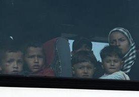 Grecia desaloja a migrantes de isla de Idomeni.