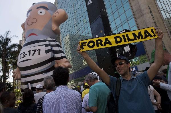 <em>Manifestantes sostiene un inflable que representa el ex presidente de Brasil, Luiz Inácio Lula da Silva, durante una protesta Sao Paulo, Brasil</em>