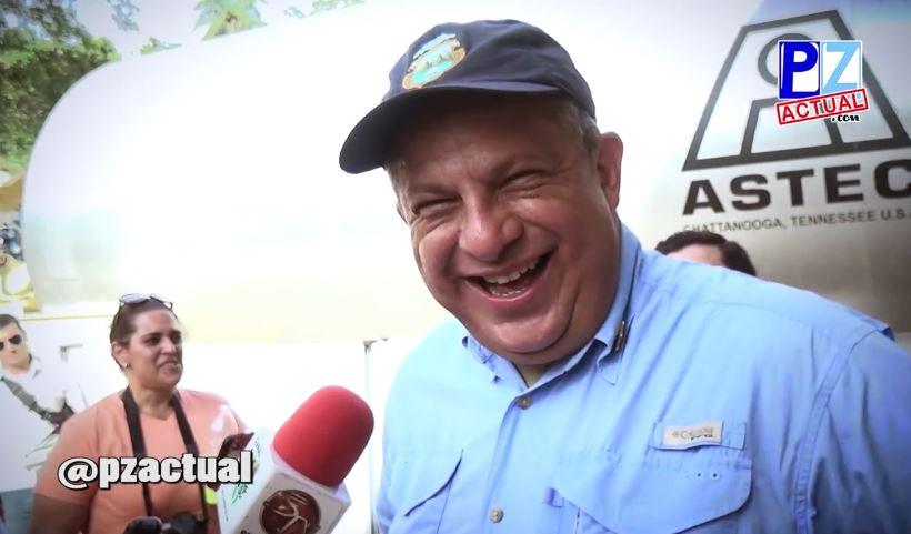El presidente Guillermo Solís se ríe, luego de tragarse una avispa. (Foto Prensa Libre: Pz Actual).