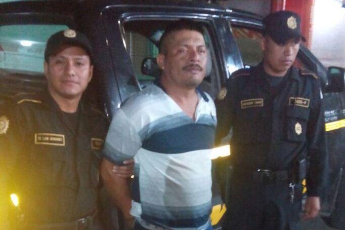 Agentes de la PNC de Nuevo Progreso, San Marcos, capturaron a un hombre sindicado de haber agredido a sus familiares con un cuchillo. (Foto Prensa Libre: PNC)
