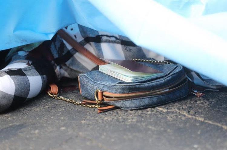 La víctima fue identificada por un pasaporte que tenía en una bolsa de mano. (Foto Prensa Libre: Erick Ávila)