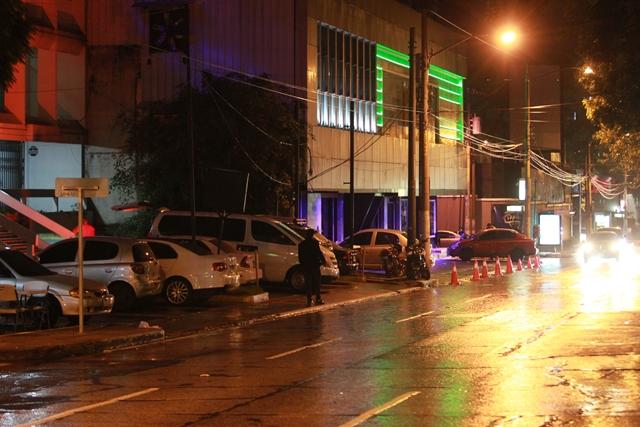 En la calle Montúfar y 4a. avenida A funcionan varios bares y prostíbulos. Además, en la 4a. avenida funciona una discoteca en el tercer piso de un edificio. (Foto Prensa Libre)
