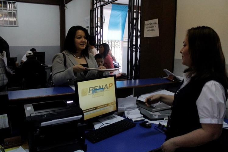 Renap busca comprar tarjetas para DPI por excepción. (Foto Prensa Libre: Hemeroteca PL)