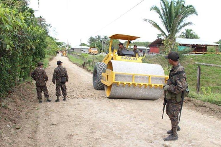 Maquinaria del Ejército es utilizada para reparar caminos en Lívigston, Izabal. (Foto Prensa Libre: Dony Stewart)