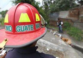 Los Bomberos Municipales Departamentales confirman muerte de hombre en ruta al Pacífico. (Foto Prensa Libre: Erick Ávila)