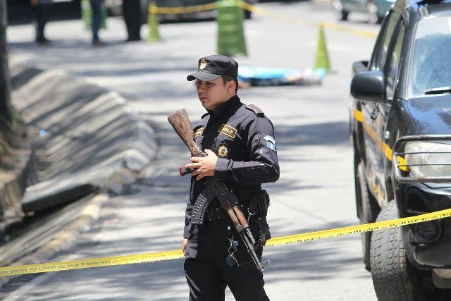 La policía protege lugar en el que murió el presunto asaltante, en el ingreso al Anillo Periférizo, zona 3. (Foto Prensa Libre: Érick Ávila)