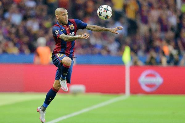 Dani Alves continuará dos temporadas más con el FC Barcelona. (Foto Prensa Libre: AFP)