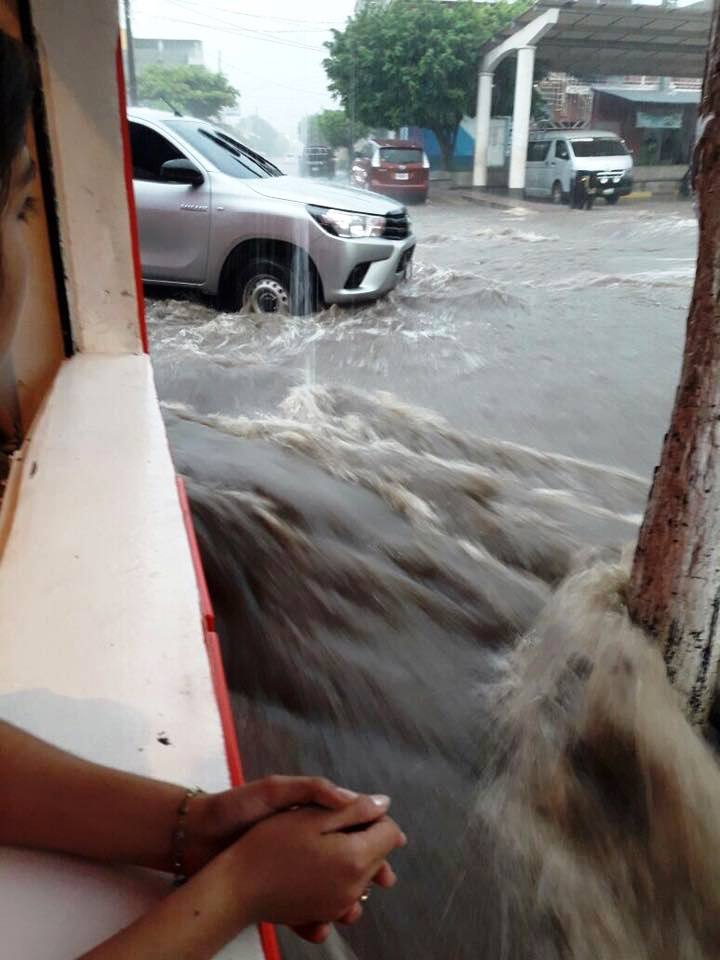 Vecinos observan las correntadas en calles de Ipala a causa de las lluvias del martes. (Foto Prensa Libre: Mario Morales)