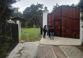 Agentes de la PNC resguardan inmuebles allanados en Cantel y otros puntos en Quetzaltenango. (Foto Prensa Libre: MP)