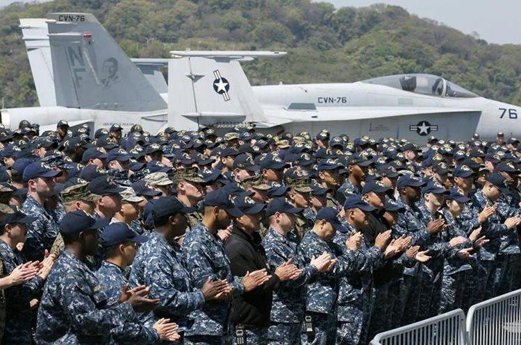 Infantes de marina de Estados Unidos a bordo del portaaviones nuclear USS Ronald Reagan, en el puerto Yokosuka, Japón. (EFE)