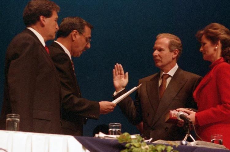 El 14 de enero de 1996 Arzú asumió como presidente de la República. En segunda vuelta venció a  Alfonso Portillo, postulado por el Frente Republicano Guatemalteco. En su gobierno se efectuaron privatizaciones. (Foto: Hemeroteca PL)