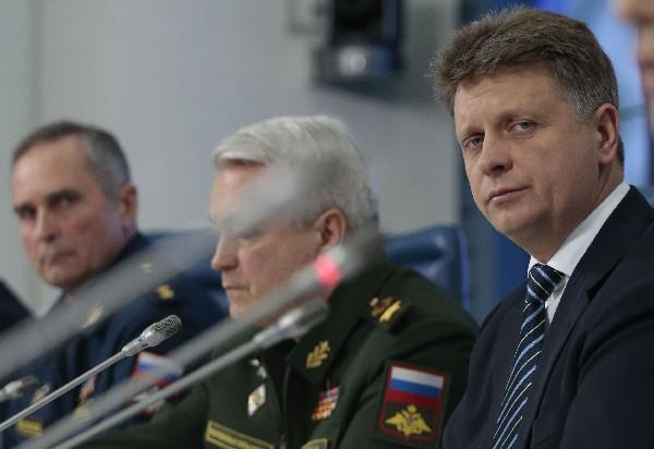 Sergéi Bainetov (i) participa en la conferencia de prensa sobre el accidente aéreo.